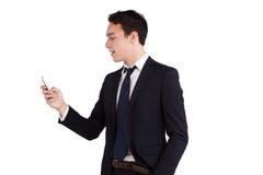 Ung Caucasian affärsman som ser att le för mobiltelefon Royaltyfria Foton