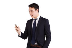 Ung Caucasian affärsman som ser att le för mobiltelefon Royaltyfri Foto