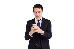 Ung Caucasian affärsman som ser att le för mobiltelefon Royaltyfri Fotografi