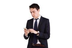 Ung Caucasian affärsman som ser mobiltelefonen Royaltyfri Bild