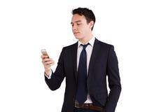 Ung Caucasian affärsman som ser mobiltelefonen Arkivbilder