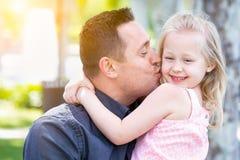 Ung Caucasian fader Gives Daughter en kyss på kinden fotografering för bildbyråer