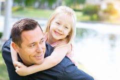 Ung Caucasian fader och dotter som har gyckel på parkera Arkivfoton