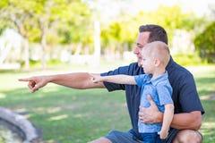 Ung Caucasian fader och son som har gyckel på parkera Royaltyfria Foton