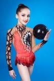 Ung caucasian gymnast med en boll arkivbilder