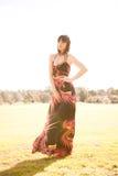 Ung caucasian kvinna i en park med slapp lampa Royaltyfria Foton