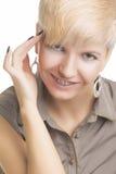 Ung Caucasian kvinna som bär Orthodontic tandkonsoler Royaltyfri Bild