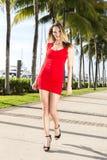 Ung caucasian kvinna som går, utomhus Marina med palmträd  royaltyfri foto