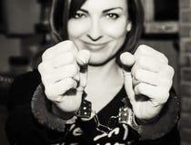 Ung caucasian kvinna som poserar med handbojor på partiet, svart Royaltyfri Fotografi