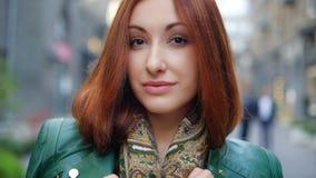 Ung caucasian kvinna utomhus Arkivbild