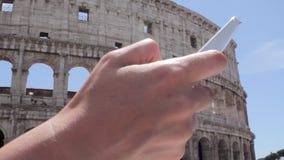 Ung caucasian kvinnaturist för hand som smsar på härlig sikt av den europeiska forntida staden med den smarta telefonen för mobil lager videofilmer