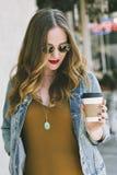 Ung Caucasian kvinnlig Blogger med kaffe arkivfoto