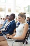 Ung Caucasian kvinnlig ledare som använder bärbara datorn i konferensrum arkivbilder