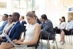 Ung Caucasian kvinnlig ledare som använder bärbara datorn i konferensrum royaltyfri bild