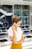 Ung Caucasian kvinnlig ledare som bort ser, medan stå i tomt konferensrum arkivfoto