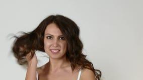 Ung caucasian kvinnlig modell i underkläder lager videofilmer