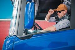 Ung Caucasian lastbilsförare fotografering för bildbyråer