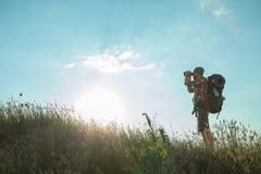 Ung caucasian man med ryggsäckanseende på fotografering för bildbyråer