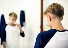 Ung caucasian man som borstar tänder i badrum royaltyfri fotografi