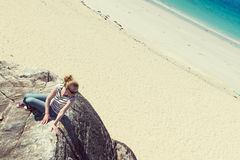 Ung Caucassian kvinna på en vit sandig strand i Luskentyre, ö av Harris, Skottland arkivbilder
