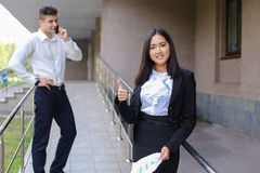 Ung charmig asiatisk affärskvinna, kvinnlig ståendeblick på kammen royaltyfria bilder