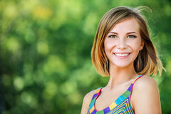 Ung charmig kort-haired kvinna för stående fotografering för bildbyråer
