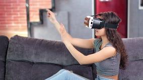 Ung charmig kvinna i vrexponeringsglas som vänder den faktiska sidan som ser bildsidosikt lager videofilmer