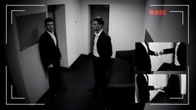 Ung chef som ger narkotiska preparat till medarbetaren, CCTV-kameratecken, brotts- rekord royaltyfria foton
