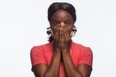 Ung chockad afrikansk amerikankvinna, horisontal fotografering för bildbyråer