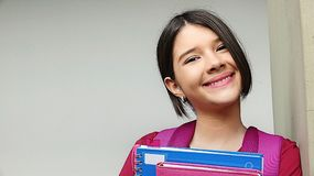 Ung colombiansk kvinnlig student And Happiness Arkivbild