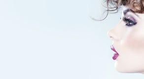 Ung cutie med utsmyckat smink arkivbild