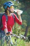 Ung cyklist i parken Royaltyfria Foton