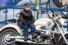 Ung cyklist på en motorcykel Royaltyfria Foton