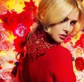 Ung dam för Closeup i elegant aftonkappa royaltyfria bilder