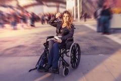 Ung dam i en rullstol Fotografering för Bildbyråer