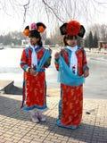 Ung dam i ljusa kinesiska slottkläder Arkivbilder