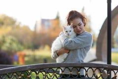 Ung dam med den Maine Coon katten Royaltyfri Bild