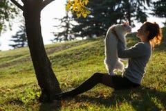 Ung dam med den Maine Coon katten Fotografering för Bildbyråer