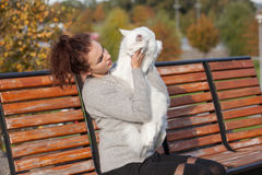 Ung dam med den Maine Coon katten Royaltyfria Bilder