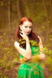 Ung dam med felikt smink i grön klänning Royaltyfria Foton