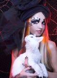 Ung dam med katten. Arkivbild