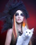 Ung dam med katten Arkivfoton