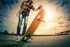 Ung dam med skateboarden arkivfoto