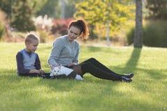 Ung dam och pojke med den Maine Coon katten Arkivfoton