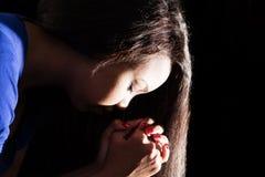 Ung dam Praying Fotografering för Bildbyråer