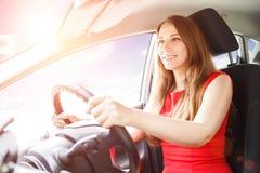 Ung dam som kör bilen Körskolabakgrund Royaltyfri Foto