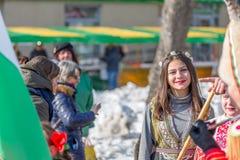 Ung dam som ler för dig på karnevalet royaltyfri fotografi