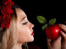 Ung dam som rymmer ett rött äpple royaltyfria foton