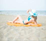 Ung dam som solbadar på en strand Härlig kvinna som poserar på Royaltyfri Foto