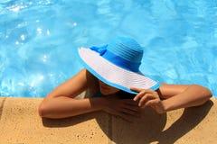Ung dam vid poolsiden Fotografering för Bildbyråer
